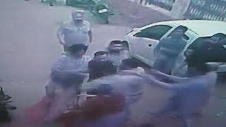 CCTV : ਕਿਰਾਏਦਾਰਾਂ ਨੇ ਔਰਤ ਨੂੰ ਸੜਕ 'ਤੇ ਖਿੱਚ ਕੇ ਕੁੱਟਿਆ. | JanSangathan Tv