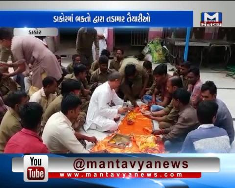 LathiCharge by Police on Visitors of Hardik Patel On his Hunger Strike