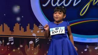 Junior ini tampil dengan percaya diri dengan kacamatanya yang kece – Indonesian Idol Juniir 2018