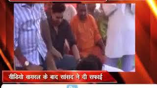 झारखंड के गोड्डा में बीजेपी कार्यकर्ता ने सांसद के धोए पैर, वीडियो हुआ वायरल