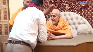 BAPS Mahant Swami Gives Blessings to Mr. Satees Mehta Director Of Abtak Media