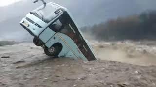 मनाली  वॉल्वो बस नदी की बाढ़ में बही  #Manali_flood