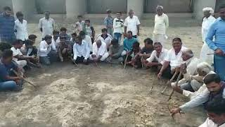 Farmers demands water and protests against govt by digging land in morbi to find water
