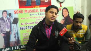 singer amit jain meerut me apane institute pe baccho ko sangeet ki baarikiya sikhate hue