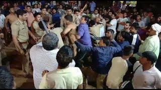 लाइव पिटाई कुश्ती दंगल में पुलिस ने पहलवानों को पीटा