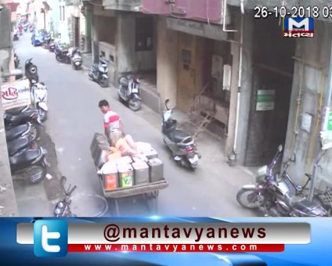 Surat: A man was caught on CCTV footage attempting to abduct a little girl | Mantavya News