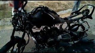 राठ में चलती बाईक बनी आग का गोला