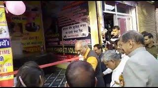 राठ में मीडिया को ना-ना करते,योगी के मंत्री कर बैठे पंचर की दुकान का उद्घाटन