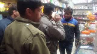 सोलन के बायपास चोंक के समीप एक दूकान में  युवक 2000 का नकली नोट चलाने का प्रयास कर रहा था