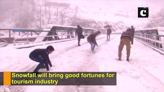 Snowfall in J&K's Doda attracts tourists