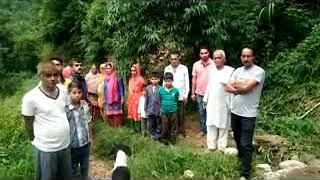 करेर डमयाणा गांब के लोगों ने लोक निर्माण विभाग पर आरोप लगाया