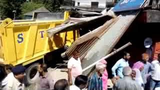 बैजनाथ पालमपुर के मध्य राष्ट्रीय उच्च मार्ग टिपर ने गलत दिशा में तेज गति से दुकान में घुस गया