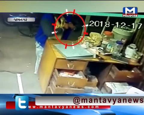 Jamnagar: CCTV footage of man stealing money from a shop