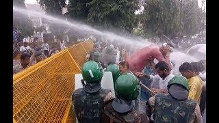 पुलिस और कांग्रेसियों में झड़प, बेरिकेड्स तोड़े, धरना प्रदर्शन | Congress Protest in Madhya Pradesh