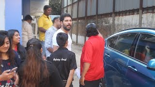 Cricketer Yuvraj Singh Takes SELFIE With Fans At Juhu