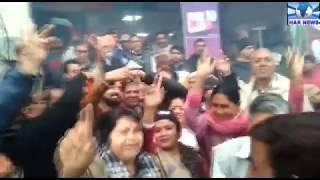 जींद उपचुनाव में बीजेपी की जीत को लेकर भाजपा कार्यकर्ताओं ने बाँटे लड्डू जमकर किया डाँस