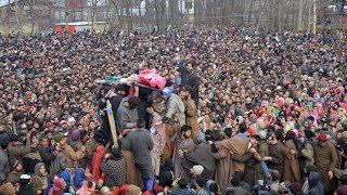 Braving snowfall thousands attend militants funeral in Pulwama