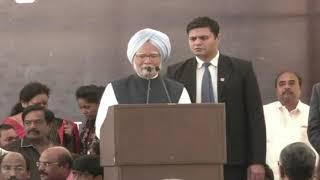 Former PM Manmohan Singh addresses a gathering at Chandrababu Naidu's fast in Delhi