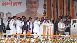 सम्मलेन के आखिर में राहुल गांधी पहुंचे गाँव के सरपंच के पास और सुनने लगे उसका भाषण
