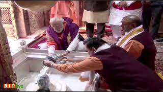 प्रधानमंत्री श्री नरेंद्र मोदी ने काशी विश्वनाथ मंदिर में पूजा-अर्चना की।हर हर महादेव!