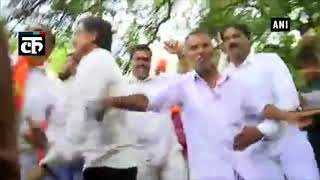 येदियुरप्पा के शपथ ग्रहण समारोह के बाद भाजपा कार्यकर्ता राजभवन के बाहर जश्न मनाते हुए