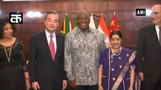 ईएएम सुषमा स्वराज दक्षिण अफ्रीका के राष्ट्रपति सिरिल रामफोसा से मिली