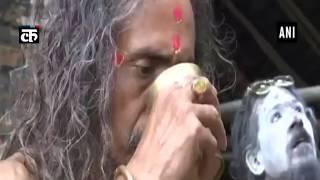 संत गुवाहाटी के कामख्या मंदिर में योग आसन करते हुए
