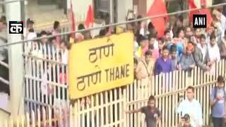 महाराष्ट्र बंद: प्रदर्शनकारियों ने ठाणे रेलवे स्टेशन पर रेल मार्ग को ब्लॉक किया