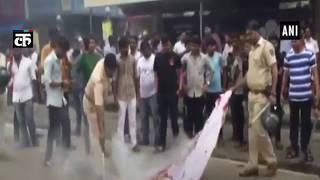 मुंबई बंद के दौरान आंदोलनकारियों ने बस को आग के हवाले किया