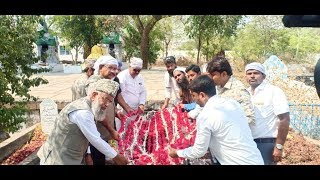 Dr Umesh Jadhav Ne AL Haaj Qamar Ul Islam Saheb K Mazar Per Chader e Gul Chadhayee