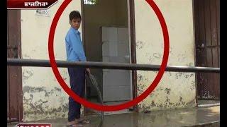 Yahan School Students se toilet saaf karwate hain teacher