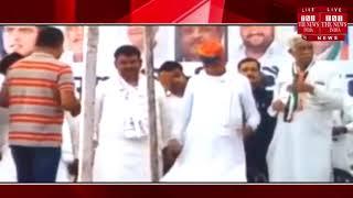 चुनाव प्रचार के दौरान अशोक गहलोत को NSUI कार्यकर्ताओं ने पहनाई नींबू-मिर्च की माला / THE NEWS INDIA