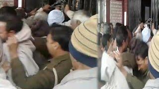 कैमरे में कैद हुई UP पुलिस की ये हरकत (विडिओ)