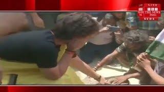 रायबरेली में चुनाव प्रचार के दौरान प्रियंका गांधी ने हाथ में पकड़ा सांप / THE NEWS INDIA