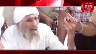 111 साल की उम्र में बच्चन सिंह ने डाला अपना वोट, 1951 से ही लगातार डाल रहे हैं वोट / THE NEWS INDIA