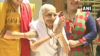 LOKSABHAELECTIONS2019 : PM NARENDRA MODI की मां हीराबेन ने मतदाताओं का धन्यवाद किया