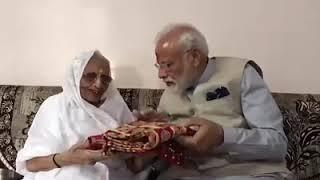 जीत के बाद मोदी जी को  आशीर्वाद देती हुई उनकी माँ #NarendraModi