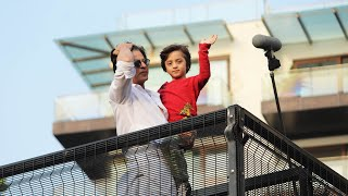 Shahrukh Khan With Son AbRam Waves To Fans At Mannat | EID 2019