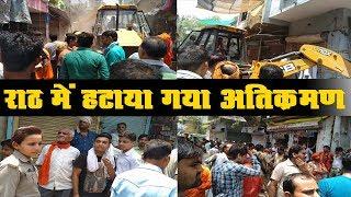 राठ में जेसीबी से हटाया गया मुख्य बाजार का अतिक्रमण
