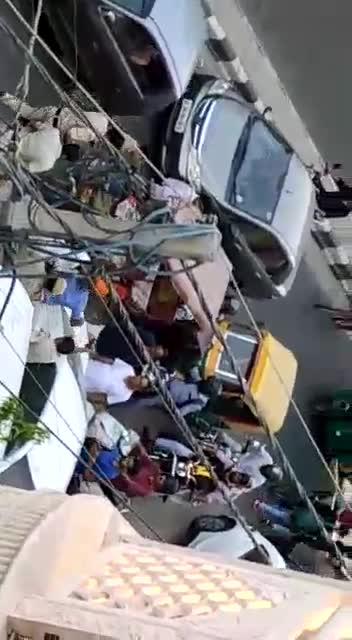 Police Vs auto driver fight in Mukherjee Nagar