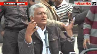 Senior Congress leader Sunil Jakhar addressing media persons at Punjab Congress Bhawan