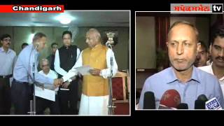 Prof. Kaptan Singh Solanki administering oath of office to newly appointed S I C