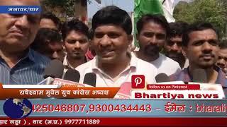 सोनभद्र में 10 आदिवासियों की हुई हत्या को लेकर कांग्रेस कार्यकर्ताओं ने सीएम ओर पीएम का पुतला जलाया।