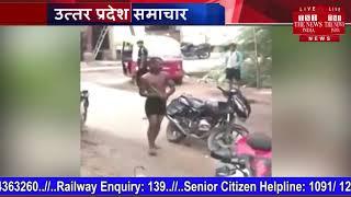 एक युवक ने पुलिस की सरेआम पिटाई की