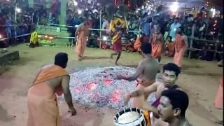 अचानक आदमी आग मे समा गया।।आप इस वीडियो को देखकर दंग रह जाएँगे इंसान आग मे कैसे चलता है