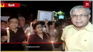 बुजुर्गों का दिल्ली पुलिस के खिलाफ कैंडल मार्च