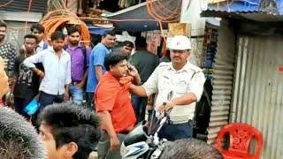 क्या ट्रैफिक पुलिस द्वारा इस तरह कॉलर पकड़कर चालान बनाना उचित है ?? अपनी राय दें