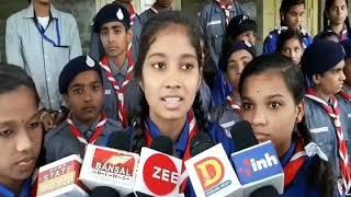 बाढ़ पीड़ितों की मदद करने में स्कूली बच्चे, प्रधानमंत्री राष्ट्रीय राहत कोष में जमा किया