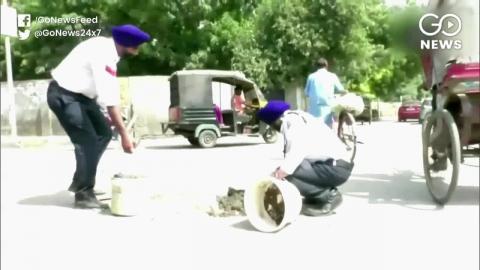 पंजाब: ट्रैफिक पुलिस का ये जवान सड़कों के गड्ढे भरकर बचा रहा है लोगों की जान