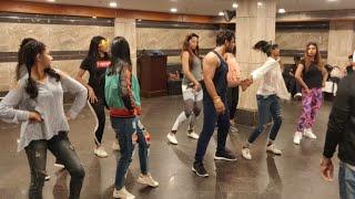 Khesari Lal - कोलकाता में कितनी मस्ती के साथ डाँस का रिहर्सल कर रहे है, लड़कियों के साथ खेसारी । Show